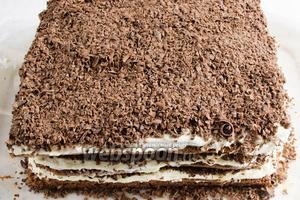 Третий слой пропитать, покрыть кремом и крошкой аналогично. Подготовленный торт нужно убрать в холодильник на ночь. Утром готовый торт разрезать на три части, а потом полосками на несколько порционных кусков.