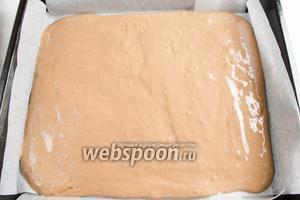 Подготовить противень: застелить его пекарской бумагой на уровень бортов. Готовое тесто распределить по всей поверхности противня с помощью кулинарной лопатки. Поставить противень в разогретую до 180 °С духовку. Выпекать корж в течение 20-30 минут до сухой лучины.