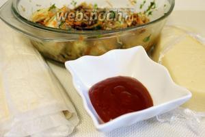 Для приготовления пирога нужно взять слоёное тесто, готовую закуску из кабачка, кетчуп и сыр.