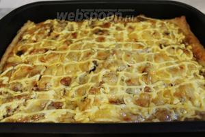Поставить в нагретую до 180-200°C духовку на полчаса, до зарумянивания. Подавать горячим или охлажденным.
