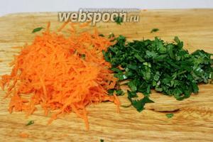 Натереть морковь на мелкой тёрке, мелко нарезать зелень.
