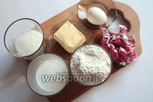 Необходимые продукты: молоко, масло сливочное, сахар, яйцо, дрожжи сухие, мука и растительное масло для разделки; для начинки конфеты карамельки.