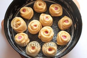 Форму для выпечки (диаметр 26 см) смазать маслом сливочным, уложить булочки. Розочки посыпать сахаром.