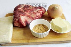 Возьмём мясо говядины, лук, слоёное тесто, сливочное масло, кунжут для посыпки.