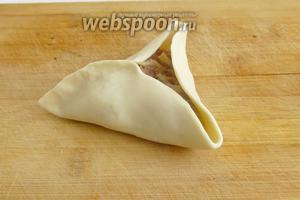 Выложить начинку и защипнуть в форме треугольной самсы.