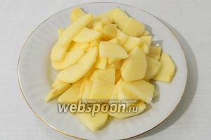 Нарезаем дольками подготовленный картофель.