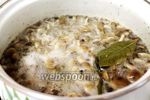 Опустить в кипящий маринад отваренные грибы и прокипятить ещё 15-20 минут. Остудить.