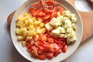 Овощи вымыть, очистить. Кабачок, картофель и перец нарезать кубиками, морковь полукольцами.