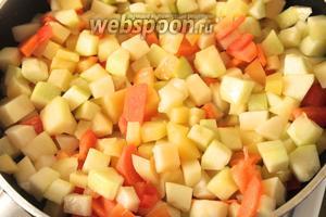 Овощи слегка обжарить на растительном масле.