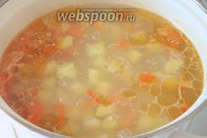 Переложить овощи в кастрюлю, залить литром воды. Варить 15 минут.