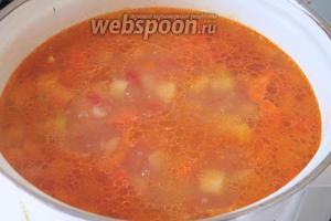 Добавить томатную массу к овощам. Посолить по вкусу.