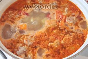 Варить суп с фрикадельками ещё 5 минут. Подавать с зеленью и сметаной.