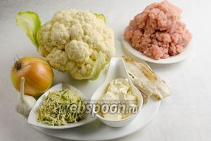 Чтобы приготовить запеканку, нужно взять цветную капусту, соль; фарш, лук, чеснок, бекон, соль, перец; сливки, сушёные помидоры, сыр, петрушку.