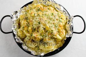 Посыпать сверху сыром с зеленью. Поставить снова в духовку ещё на 10 минут.