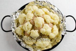 Заполнить шар крупными соцветиями доверху, имитируя кочан капусты.