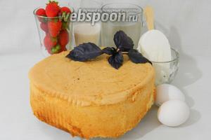 Для приготовления десерта «Аляска» возьмём бисквит, сахар, воду, яйца, клубнику, сок половинки лимона, пломбир, базилик.