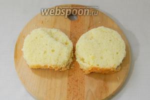 Кондитерским кольцом или глубокой пиалой выдавить 2 круга. Это будет основа десерта. Можно просто нарезать квадратами.