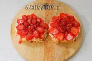 На бисквиты выложить клубнику и полить сиропом.