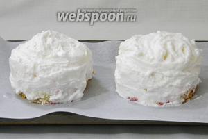Фантазийно украсить десерты меренгой с помощью силиконовой лопатки или кондитерского шприца.