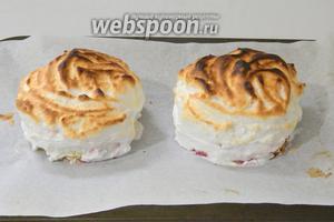 Поставить десерты в хорошо разогретую духовку до 250°С на самый верхний уровень. Выпекать в режиме «гриль» или «конвенкция с верхним теном» 1-2 минуты. До зарумянивания меренги.
