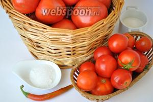 Предварительно тщательно переберите помидоры, чтобы все плоды были ровные и спелые. Соль и сахар указаны из расчёта на 1 литр заливки.