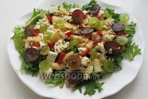 Посыпаем салат виноградом, орехами, оставшимся перцем и поливаем заправкой.