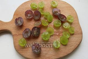 Виноград режем на половинки и вынимаем косточки.