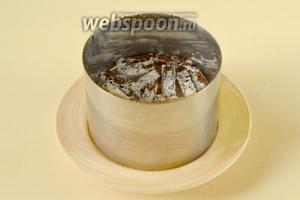 Собираем слои в кольце (можно делать салат в большом кольце и общем блюде или порционный). Первый слой — сухарики.
