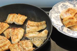 На очень горячем  оливковом масле (1 ст. л.) обжарим приправленное филе солью и перцем по вкусу по 2 минуты с каждой стороны. Перекладываем на горячую тарелку и накроем.