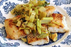 Сервируем  сразу по приготовлению порционно в тарелки филе и сверху сельдерей. Приятного аппетита!
