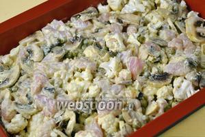 Добавляем в смесь капусты с грибами курицу в сметане, аккуратно перемешиваем, чтобы не раскрошить капусту и грибы. Выкладываем смесь в смазанную растопленным сливочным маслом форму для запекания.