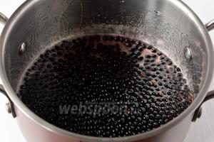 Опустить ягоды в кипящий сироп.