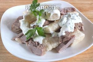 Подайте горячее блюдо на стол: лепёшки из теста, кусочки вареного мяса, бульон и соус. Аварский хинкал готов! Приятного аппетита!