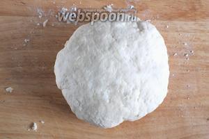Замесите мягкое, не прилипающее к рукам тесто.