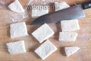 Раскатайте тесто в пласт толщиной 0,5-0,6 см. Нарежьте небольшими кусочками.