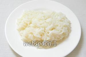 Рис отвариваем до полной готовности, но он не должен превратиться в кашу.
