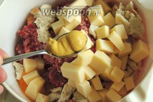 Добавить нарезанный сыр на куски около 1 см. Вмешаем горчицу и приправим по вкусу.