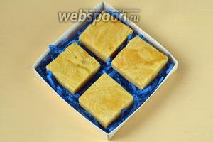 Остужаем пирог в форме и затем разрезаем на квадраты или ромбы. Можно подать сразу или упаковать в картонные коробки для хранения.