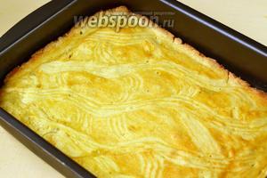 Выпекаем 30-35 минут при температуре 180 ºC. Пирог должен зарумяниться и стать плотным.