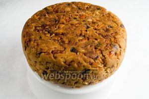 Достать пирог из мультиварки. Посыпать пирог сахарной пудрой с корицей. Украсить карамелизированной фигуркой тыквы. Подавать к чаю на ужин.