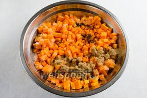 Добавить цедру апельсина, апельсиновый сок, молотые корицу и гвоздику. Перемешать.