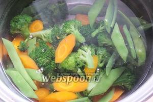 Положите овощи в кипящую солёную воду и варите 4 минуты.