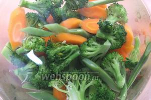 А если будете использовать овощи в холодном виде, например в салат, варите их на 1 минуту больше, а затем выложите в ледяную воду, чтобы остановить процесс приготовления.
