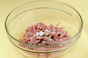 Прокручиваем мясо через мясорубку, добавляем соль и перец, перемешиваем.
