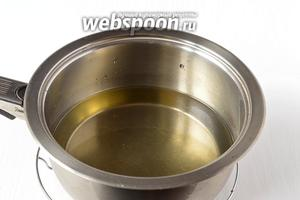 Налить в ковшик подсолнечное масло высотой 3 пальца.