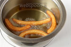Разогреть масло до высокой температуры (200 ºC) и шприцом выдавливать тонкие колбаски прямо в кипящее масло. Жарить до слегка золотистого цвета.