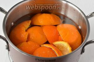 Корки залить водой, добавить 1 чайную ложку соли.