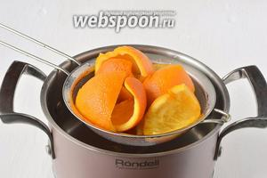 Воду слить. Апельсиновые корки сполоснуть холодной водой. Аналогичний процесс варки и последующего промывания повторить ещё 2 раза.