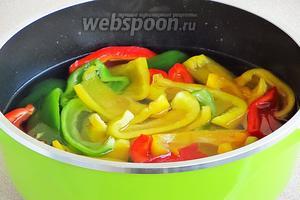 Опустить подготовленный перец в маринад и варить ровно 7 минут, считая от начала закипания маринада.