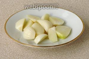 Дольки чеснока очистить от сухой оболочки и крупно порезать.